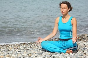 woman-wearing-sporty-clothers-meditate-sea-13301321